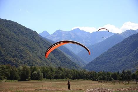 Aterrissage de parapentes sur l'aérodrome de Luchon