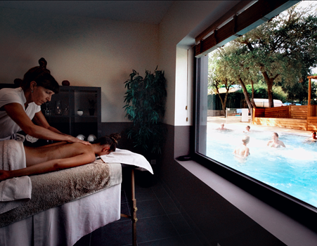 Salle de Massage avec vue sur la balnéothérapie, 8 massages à la carte, un pur moment de détente