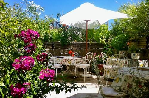 La terrasse fleurie pour dîners et petits-déjeuners ©