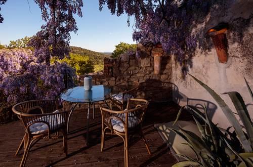 la vieille maison Durfort terrasse avec table et glycine ©