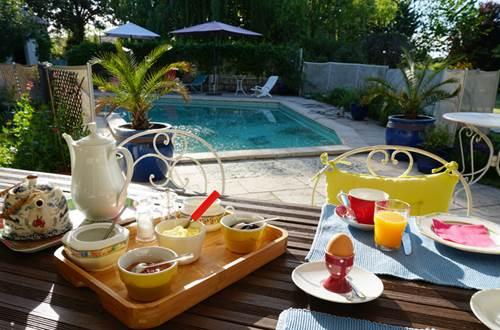 Petit déjeuner au bord de la piscine ©